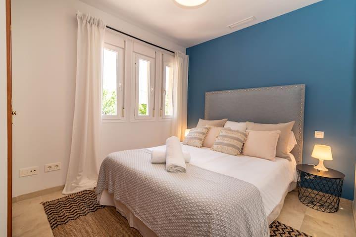 Queen-size bed (150 x 200 cm).