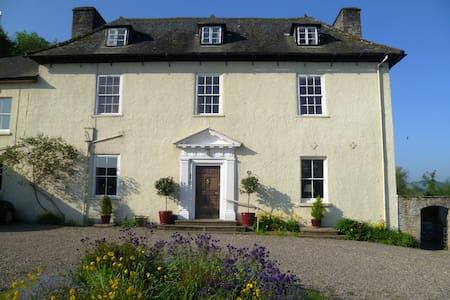 Aberllynfi House Twin bedded room with Breakfast - Hay-on-Wye