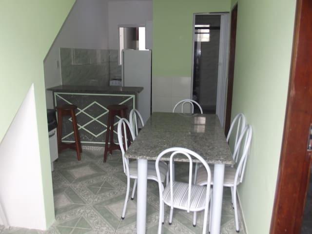 Sala com cozinha Americana com utencilios