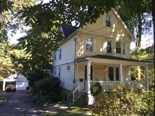 Colonial Farmhouse for TV and film in Yonkers - Yonkers - บ้าน