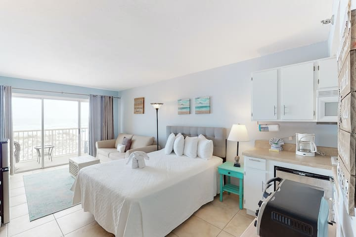 Cozy Beachfront Condo, Beach Setup Included, Pool, Quick Drive To Dining