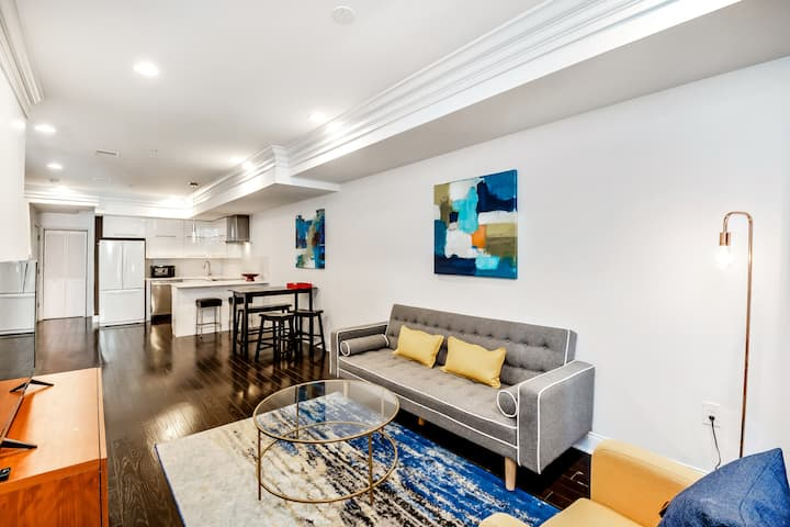 Stylish Bi-level Penthouse /w Deck