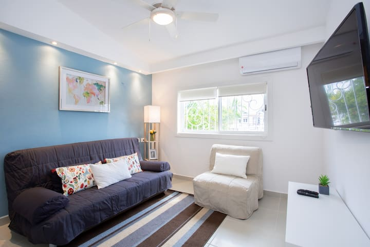 Recamara # 3, Un sofá cama matrimonial, un escritorio, ventilador de techo y aire acondicionado. Bedroom # 3 It has a double size sofa bed,  desk to work, ceiling fan and air conditioning.