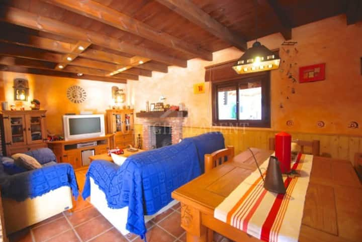 Rural Villa with Dreamlike Pool, Terraces, Garden, Mountain View, Wi-Fi & Air Conditioning; Parking Available