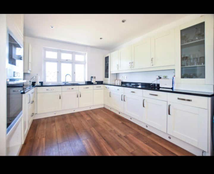 Lovely bungalow with parking excellent location