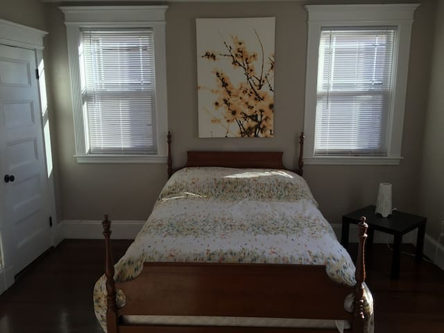 Cozy Boston bedroom with parking - Boston - Hus