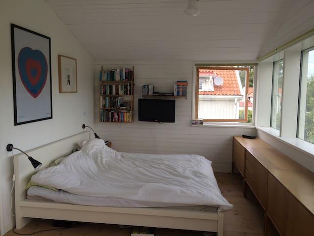 Sovrum 1 - Masterbedroom med utgång till balkong.