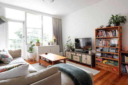 Cosy Camberwell apartment with tram at door step!