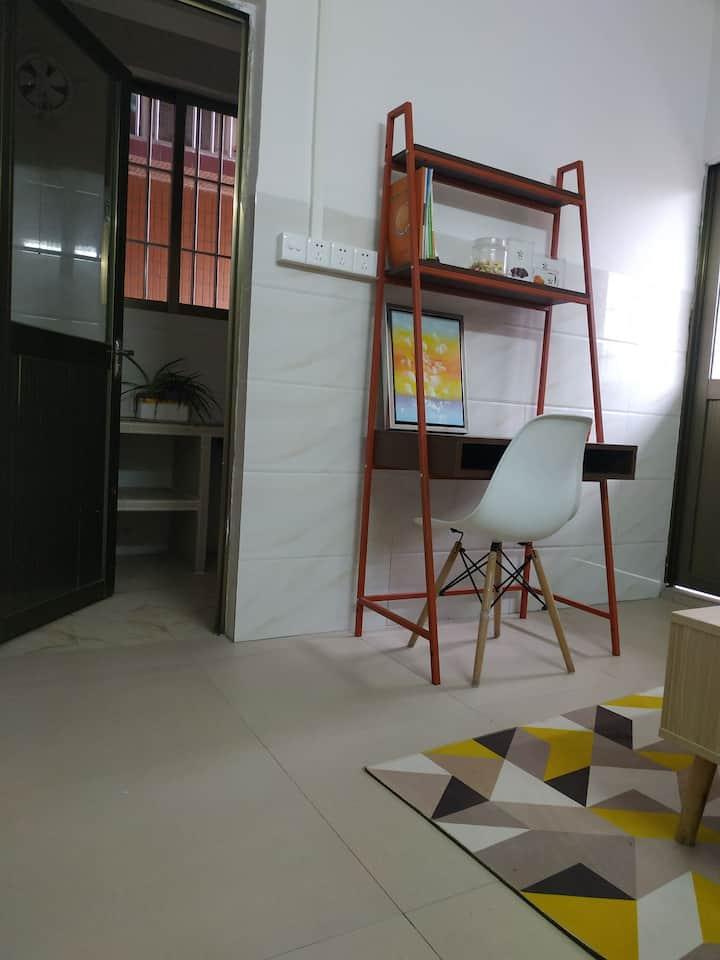 长租电梯公寓,普通民宅,一室一厅,单间两种房型。单间和一房一厅价格有不同。预订请咨询。水电费另算。