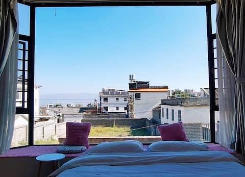 大理古城北欧风白族庭院~阳光榻榻米大飘窗观景大床房~躺在床上看蓝天白云~