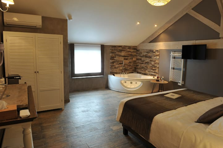 BEDROOM KING SIZE BED WITH SPA BATHROOM 1ST FLOOR