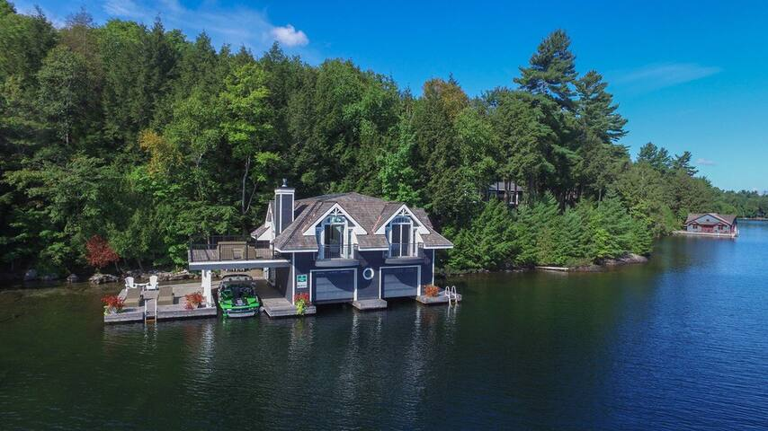Lake Joseph Boathouse Getaway (Island)