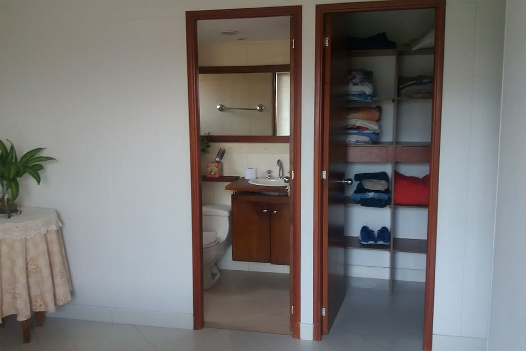 Vestier y baño privado