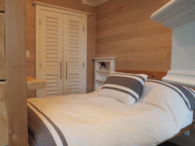 Cozy modern village studio •Free parking & hot tub