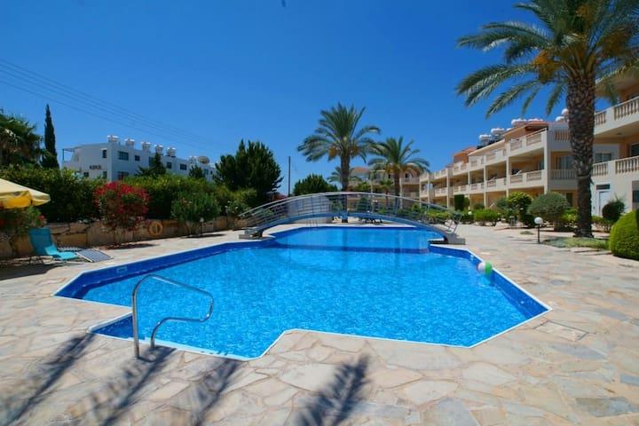 Sunny spacious 2-bed apt (slps 6) huge pool nr sea