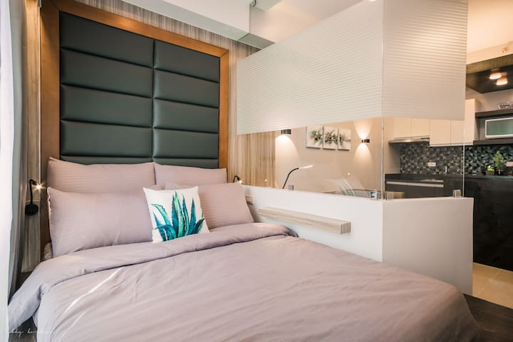 FOR SALE! MAKATI PENTHOUSE STUDIO w/ NETFLIX