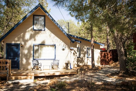 BlueJay Chalet - Cozy Modern Cabin - Sleeps 6!