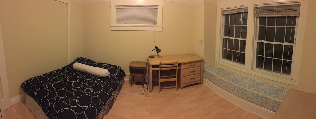 Nice size private bedroom - Hayward