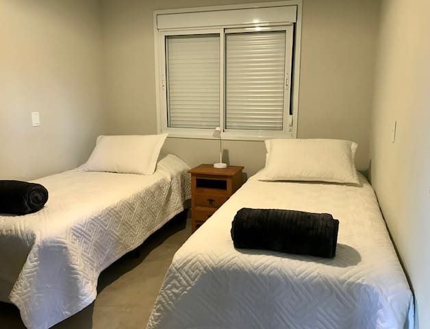 Duas camas Solteiro Grande (0,96x2,03x27cm) ou 1 cama Super King