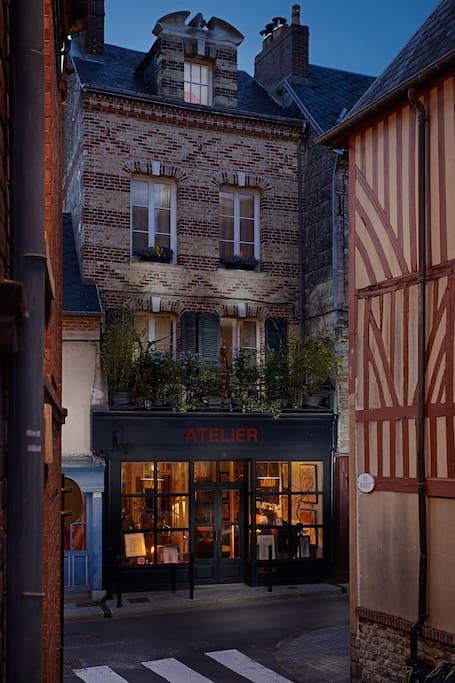 chez l 39 artiste chambres d 39 h tes louer honfleur basse normandie france. Black Bedroom Furniture Sets. Home Design Ideas