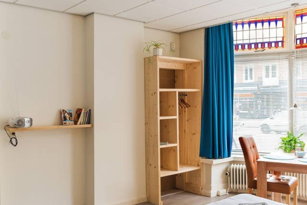 Zonnebloemkamer, ruim en licht met veel natuurlijke materialen en mooi glas-in-lood