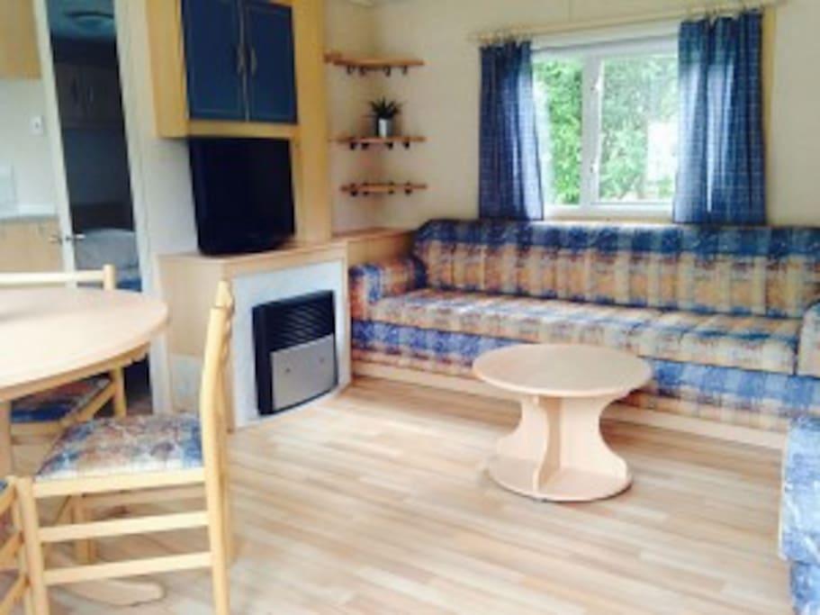 ruime huiskamer met keuken