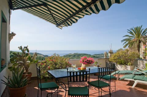 Picturesque flat with big terrace to the  Med