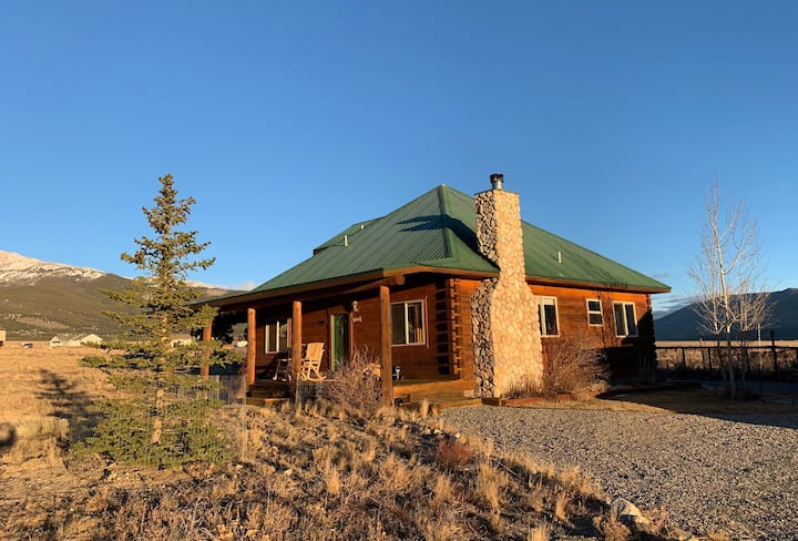 Dream cabin with beautiful views close to town!