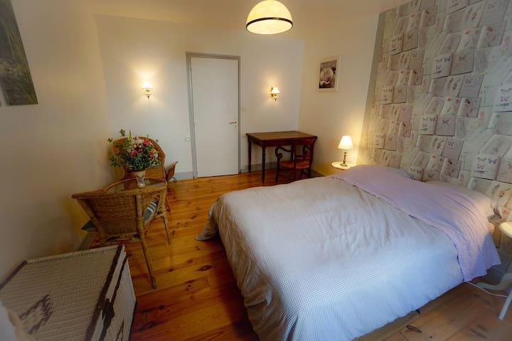 jolie chambre romantique au port de vannes maisons de ville louer vannes bretagne france. Black Bedroom Furniture Sets. Home Design Ideas