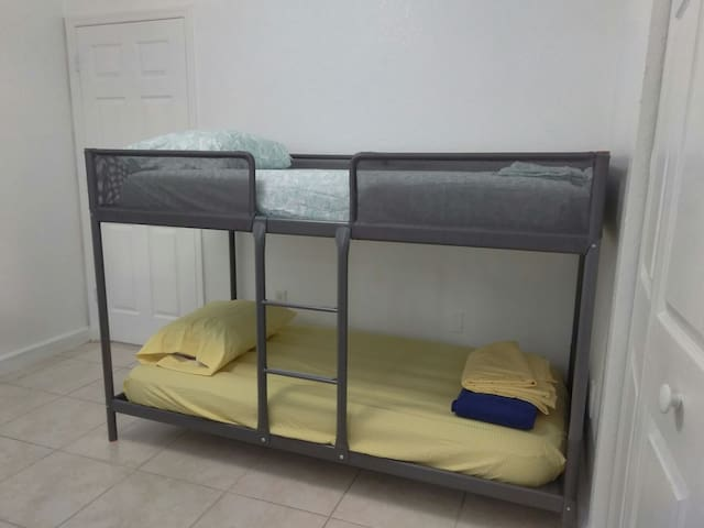 3K -  Single Bed near airport :) - Miami - Maison