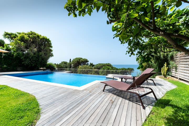 Pool, views, only a stroll from the beach