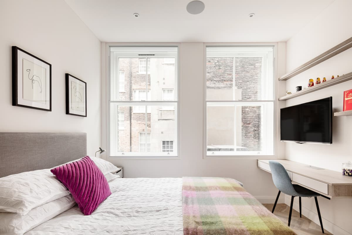 Urban Escape in Apartment Seconds from the River Thames