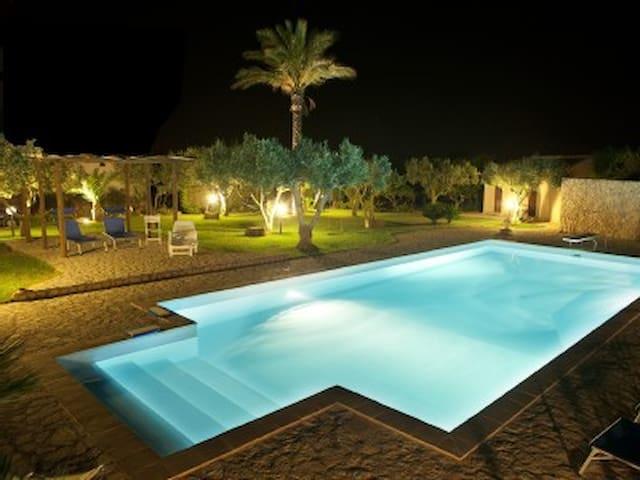 Grande villa con piscina in Sicilia