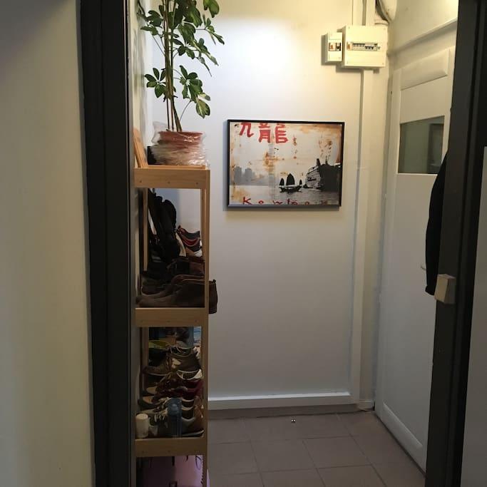 L'entrée propose un rangement pour les manteaux et chaussures
