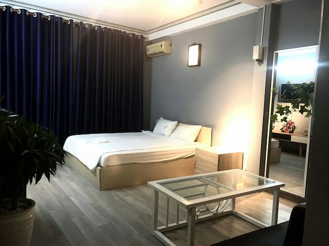 CITY TOP (street view balcony, bathroom, Queenbed)