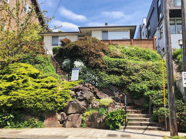 Renovated Suite in the Heart of Queen Anne!