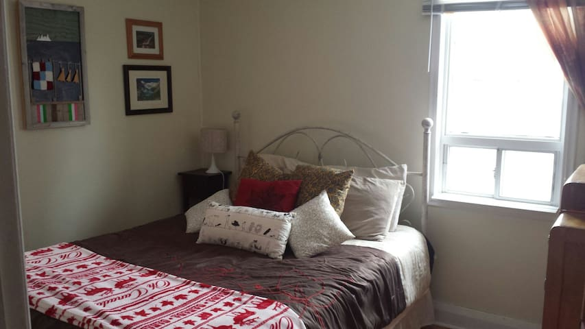 Bright, Quiet, Private Bedroom! Lake 5MIN Walk!