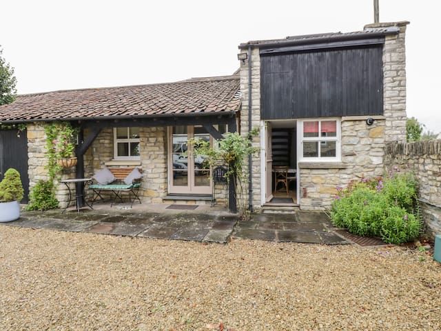 THE COACH HOUSE, romantic, with a garden in Bitton, Ref 927844