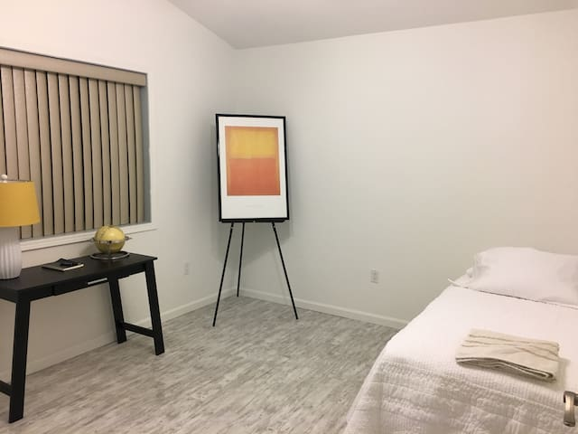 Beautiful Room (Amazing Location near Bethel)