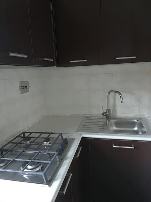 Cucina con lavello e piano cottura