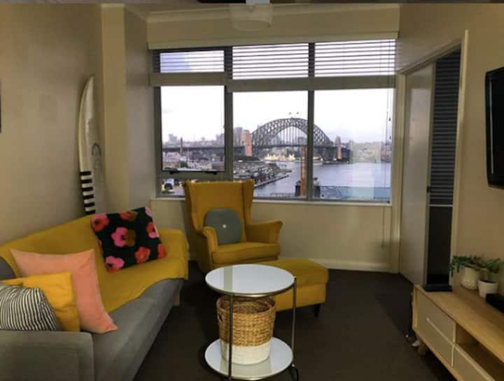 Modern apartment facing the Harbour Bridge