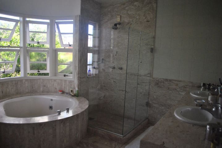 Banheiro da suíte master com banheira