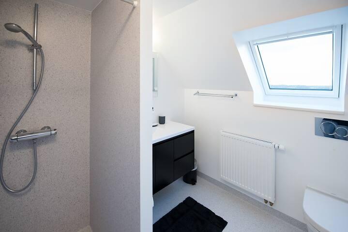Badeværelse deles med ét andet værelse