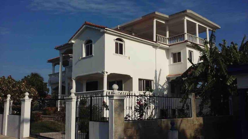 Big house, 3 bedrooms, hot water, 3 floors.