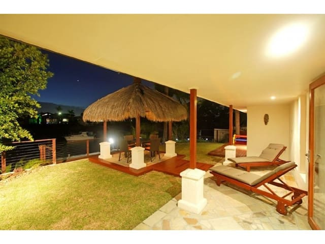 Waterfront home with pool, central location. - Broadbeach Waters - บ้าน