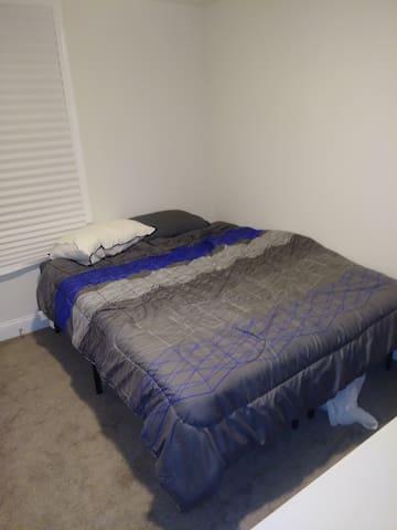 Queen Bedroom near dc metro 4k TV