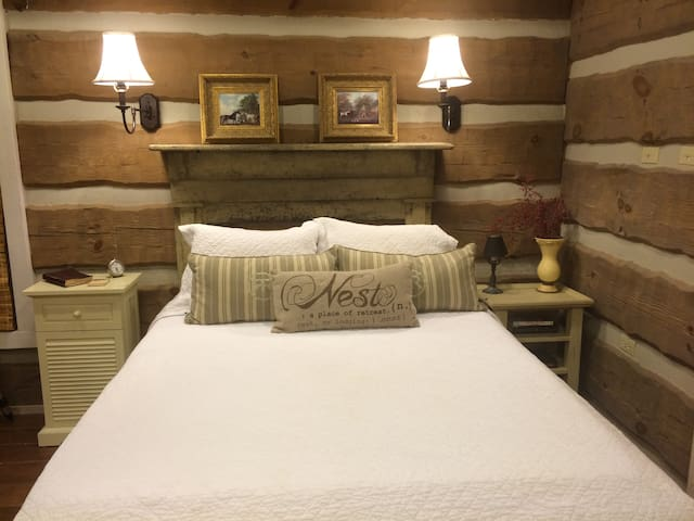 Delux Queen Suit - Oak Suite - Hattiesburg - Cabin