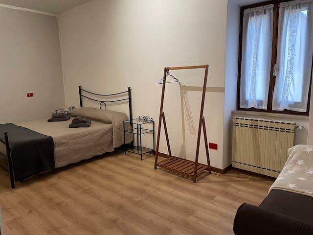 Seconda camera con letto matrimoniale e divano letto da 1 piazza e mezza.