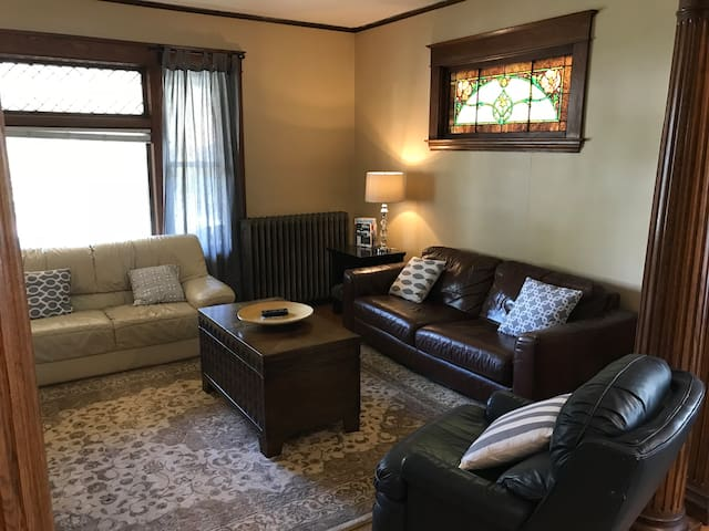 Close to Downtown, Beautiful Victorian Flat [1-3a]