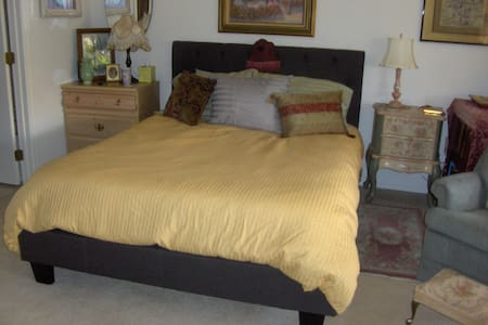 Sunny, Spacious Master Suite - Sun City West